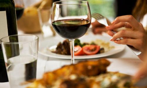 Foto Weinglas auf gedeckter Tafel